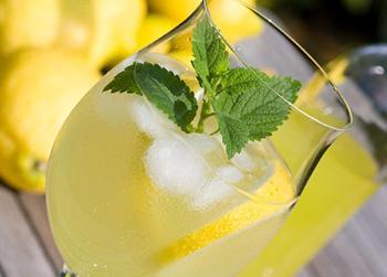 Лимонный коктейль с шампанским