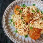 Спагеті з м'ясними кульками в томатному соусі