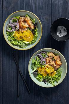 Салат з червоною рибою, мандаринами та бальзамічним оцтом