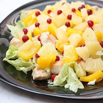 Курячий салат з солодким перцем і ананасом