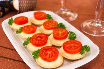 Тарталетки с сыром и помидорами