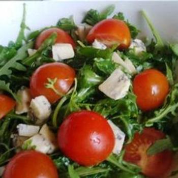 Салат из помидоров, голубого сыра и грецких орехов