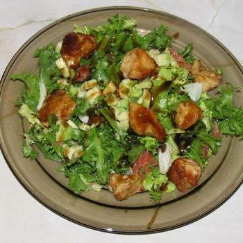 Салат з курячим філе і авокадо