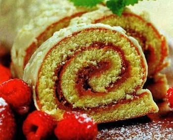 Рулет с йогуртово-малиновой начинкой