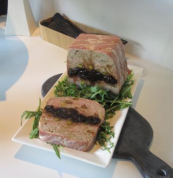 Французский мясной хлеб с черносливом и фисташками