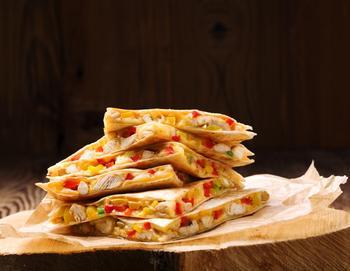 Мексиканська кесаділья з куркою, сиром та соусом сальса