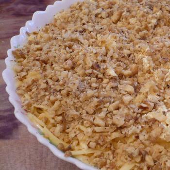 Слоеный салат с грецкими орехами, яблоками и курицей