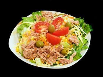 Салат из тунца, оливок и помидоров