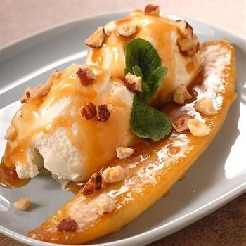 Карамелизированные бананы с ромовым соусом и орехами