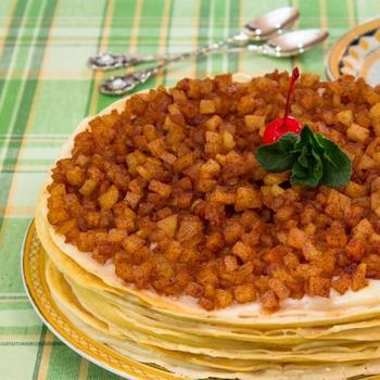 Млинцевий торт із заварним кремом, яблуками і корицею