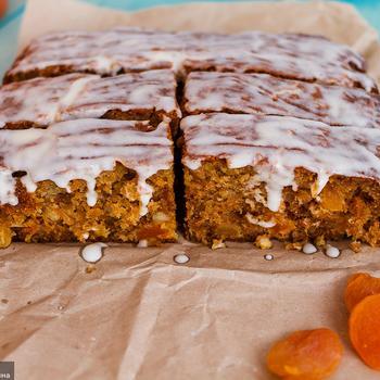 Морквяний торт з курагою і апельсинами