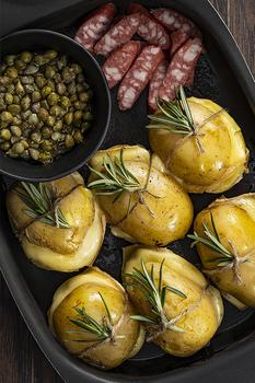Запечена картопля з сиром Раклет, баварськими ковбасками і каперсами
