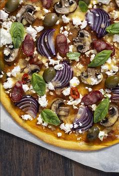 Піца з готового тіста з грибами, бринзою та баварськими ковбасками