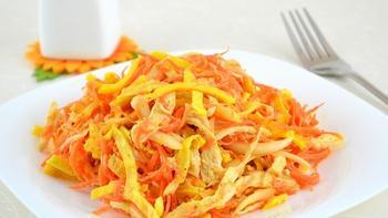 Курячий салат із омлетной стрічкою