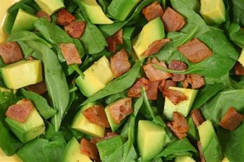 Салат с беконом и авокадо