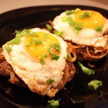 Грибні біфштекси з яйцем