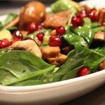 Салат з м'яса з цибулею і зернами граната