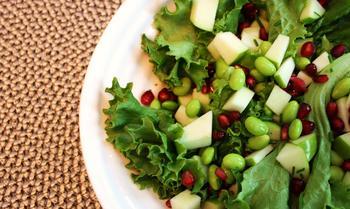 Салат з гранатом, яблуком і квасолею