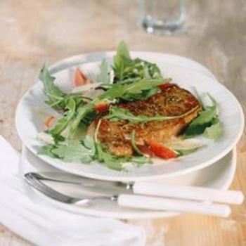 Салат из рукколы с холодным стейком и рокфором