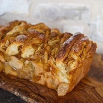 Солодкий хліб з корицею та яблуками