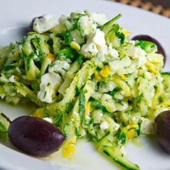 Cалат с цукини, зеленью и фетой по‑гречески