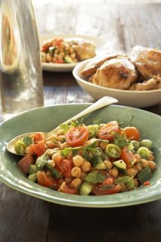 Салат с нутом, помидорами и мятой