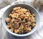 Красный рис со специями, курицей и зеленым горошком