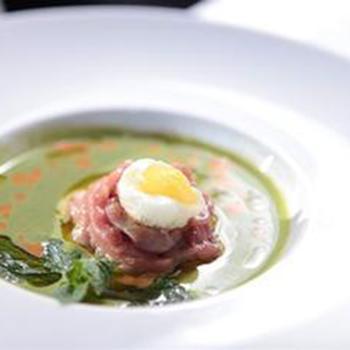 Суп зі шпинату з тартаром з молодого теляти