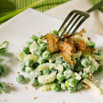 Салат из овощей, сыра и зеленого горошка