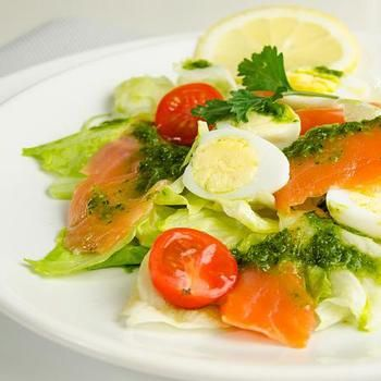 Салат з перепелиними яйцями, сьомгою і томатами черрі