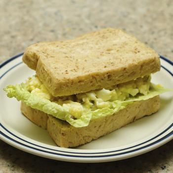 Яичный салат с сельдереем и горчицей
