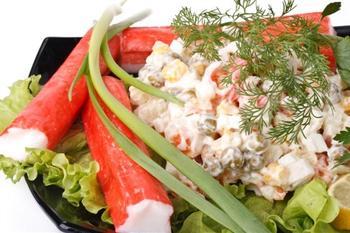 Крабовый салат с кукурузой и зеленым горошком