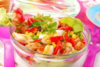Салат з курки з помідорами, солодкою кукурудзою і сухариками