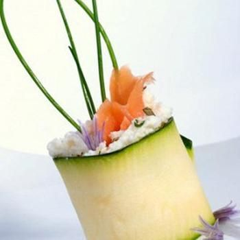Суші з цукіні з лососем і кроповим соусом
