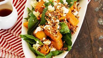 Теплый салат с тыквой и кедровыми орешками