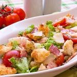 Салат с ароматными сухариками, беконом и пармезаном