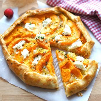 Открытый пирог с тыквой, пореем и козьим сыром