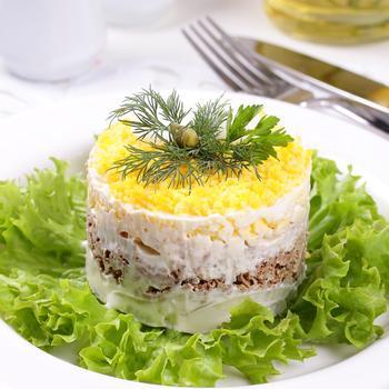 Салат «Мімоза» з лососем і сиром
