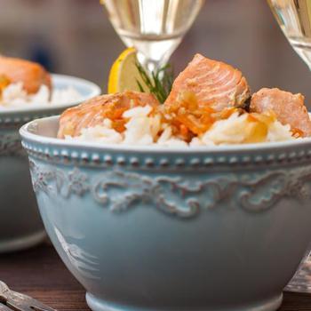 Тушеный лосось с морковью, пореем, соевым соусом и коричневым рисом