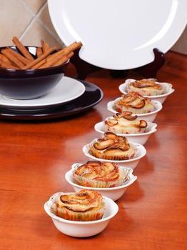 Мафіни з шматочками яблук, волоськими горіхами і корицею