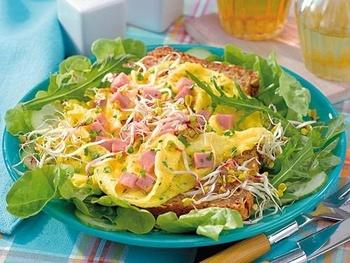 Омлет с ветчиной и зеленым салатом