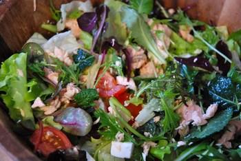 Зеленый салат с семгой и фетой