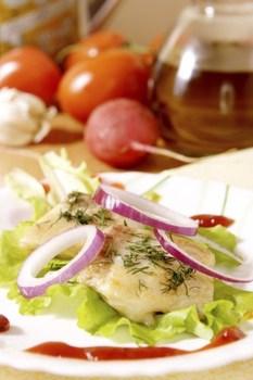 Рыбное филе, запеченное под винным соусом