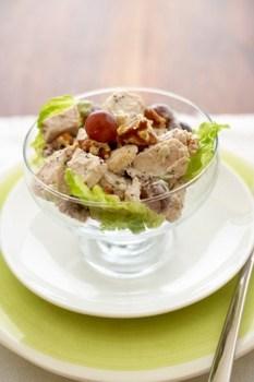Теплый салат из курицы и винограда