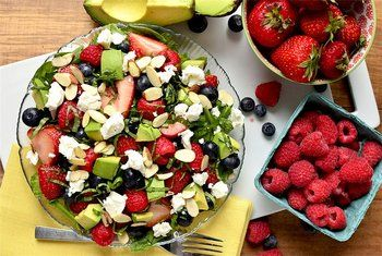 Летний салат с ягодами и сыром