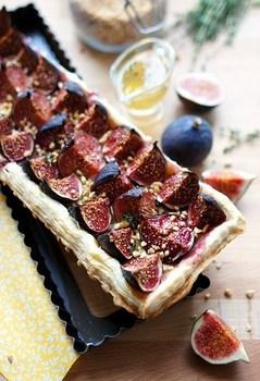 Відкритий пиріг з інжиром та сиром брі