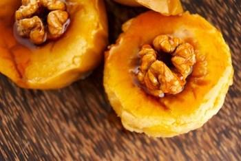 Печені яблука з карамеллю, горіхами, медом і вершками