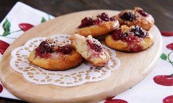 Сирне печиво з вишнями