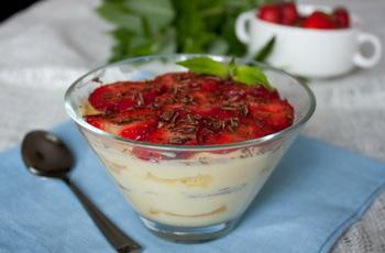 Десерт из клубники со сливочно-йогуртовым кремом и бисквитом