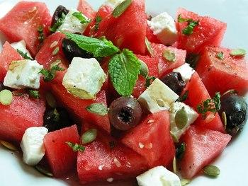Кавуновий салат з оливками і м'ятою